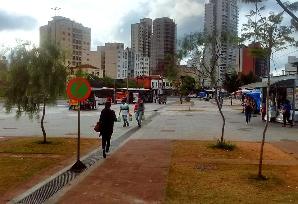 Interferência com placa de sinalização de pedestre no Largo da Batata metrô Faria Lima SP